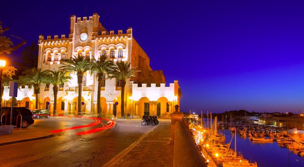 Das Rathaus von Ciutadella de Menorca liegt direkt am Hafen. Wenn Sie ihr Glückshotel Menorca buchen, sollten Sie darauf hoffen, in der Nähe des Rathauses zu landen. Hier ist einer der schönsten Plätze der Insel. (#2)