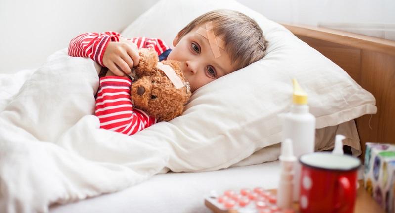 Zwar verlaufen die Symptome meist ähnlich, doch ab und zu kann die Grippe bei Kindern wenig typische Symptome zeigen. Hierzu zählen Erbrechen, Bauchschmerzen oder generelle Übelkeit.