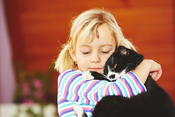 Egal, ob die Katze nun eine gefangene Maus mit ins Haus bringt oder der Hund sich in den Exkrementen anderer Tiere rollt