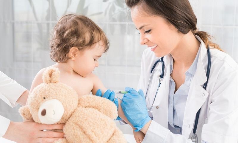 Bei dem Thema Impfungen und Baby gehen die Meinungen auseinander. Manche Eltern befolgen den Rat der STIKO, während andere eine Impfung komplett ablehnen. Doch welche Gründe sprechen für und welche gegen eine Impfung? (#01)