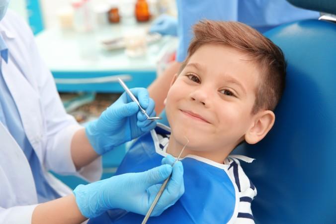 Karies bei Kindern: Gerade im frühen Stadium kann der Zahnarzt noch eingreifen und eine Reparatur vornehmen. (#02)