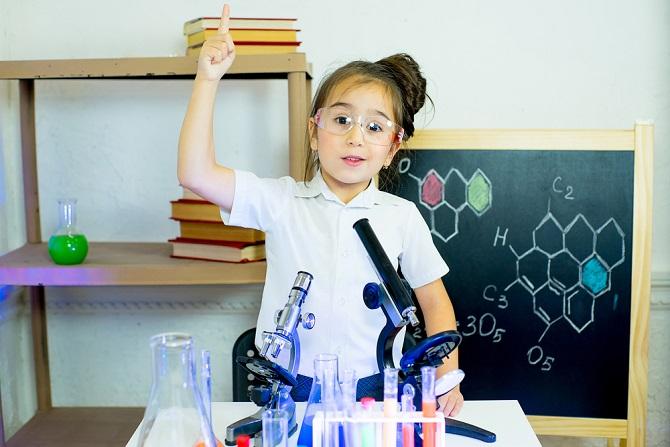 Auch ohne dass das Kind zuvor Interesse an Naturwissenschaften angemeldet hat, kann sich ein Chemiebaukasten oder ein Mini-Physiklabor als Geschenk lohnen. In den letzten Jahren sind unzählige Experimentierkästen auf den Markt gekommen, die ungefährliche Experimente zu Hause erlauben. (#03)