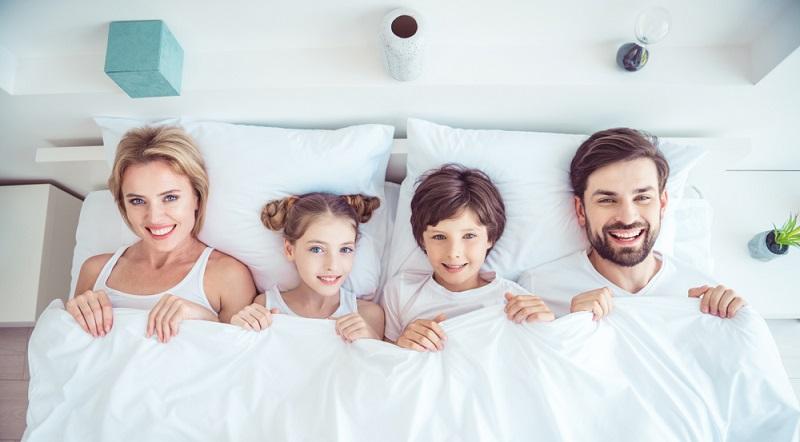 Im Schlafzimmer soll es nicht zu warm und nicht zu kalt sein. Idealerweise beträgt die Temperatur zwischen 16 und 18 °C, was im Sommer allerdings schwer zu erreichen sein kann.