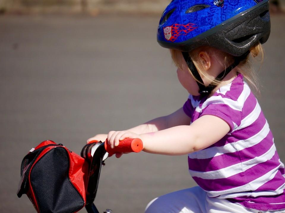 Ein Kinderfahrrad sollte alle sicherheitstechnischen Ausstattungsmerkmale aufweisen, die nötig sind. Darüber hinaus ist es ratsam, wenn Kinder einen Helm tragen. (#01)