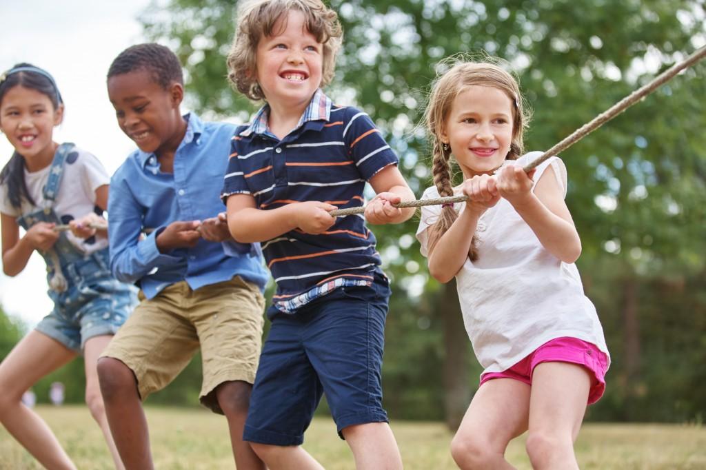 Kindergeburtstag: Spiele müssen sein - Hier: Gruppe Kinder beim Tauziehen. (#01)