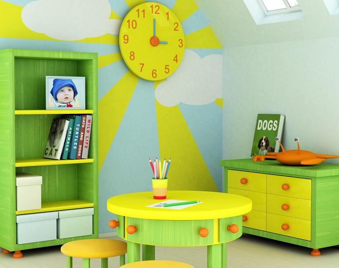 Im Beispielfoto dient eine runde gelbe Uhr als Sonne. Wenn Sie jedoch über keinen entsprechenden Deko-Gegenstand verfügen, können Sie auch einfach einen gelben Kreis an die Wand malen.
