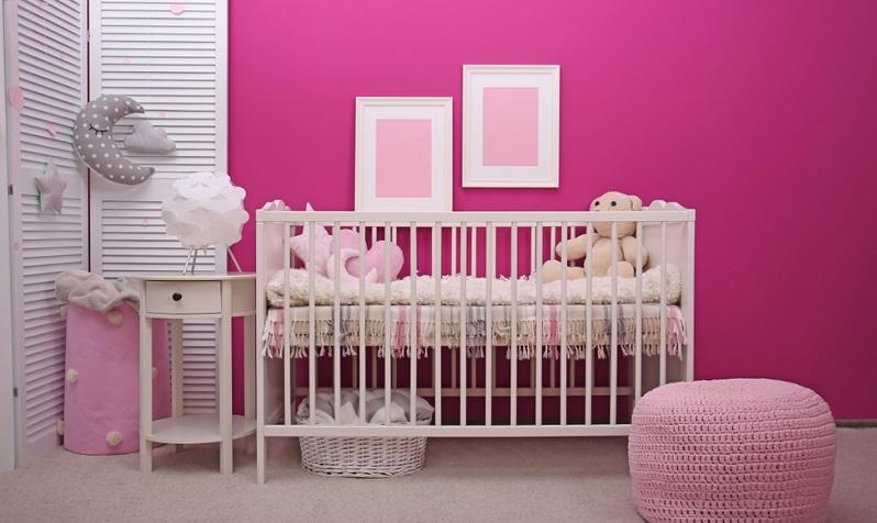 Unser erster Vorschlag sorgt für ein besonders intensives Farberlebnis. Das prägende Element ist dabei ein kräftiges Pink, das als Wandfarbe dient.