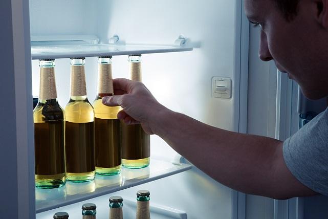 Den Kühlschrank mit alkoholischen Getränken sollte nicht für Kinder zu öffnen sein.