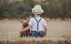 Dieser junge Herr jedenfalls weiß sehr genau, was ihm wichtig ist: das Kuscheltier aus der Heimat. Auch im Urlaub in der Auvergne kann man seine liebgewordenen Gewohnheiten beibehalten. In diesem Falle genießt der Teddy jedenfalls den Urlaub in gleichem Maße wie sein Besitzer und Freund! (#2)
