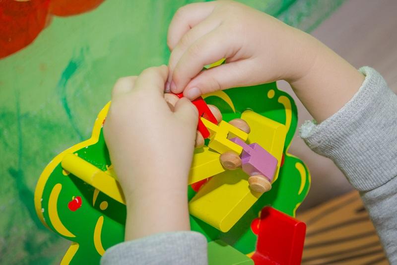 In Zeiten, in denen die Kinder bestmöglich gefördert werden sollen, kommen auch altbekannte Themen wieder neue Aufmerksamkeit. So zum Beispiel auch die Montessori-Pädagogik, welche bereits Anfang des 20. Jahrhunderts entwickelt wurde.(#01)