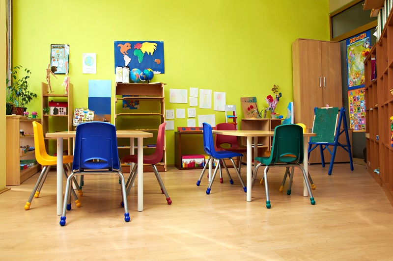 """Viele Vertreter der Montessori-Pädagogik haben nicht den Anspruch, dass die Pädagogik als Ersatz für die herkömmlichen Standards verwendet wird. Vielmehr soll – so die Ansicht vieler Eltern und Lehrer – die Montessori-Pädagogik einen wesentlichen Anteil dazu beitragen, dass das """"herkömmliche"""" Schulsystem besser angenommen wird.(#04)"""