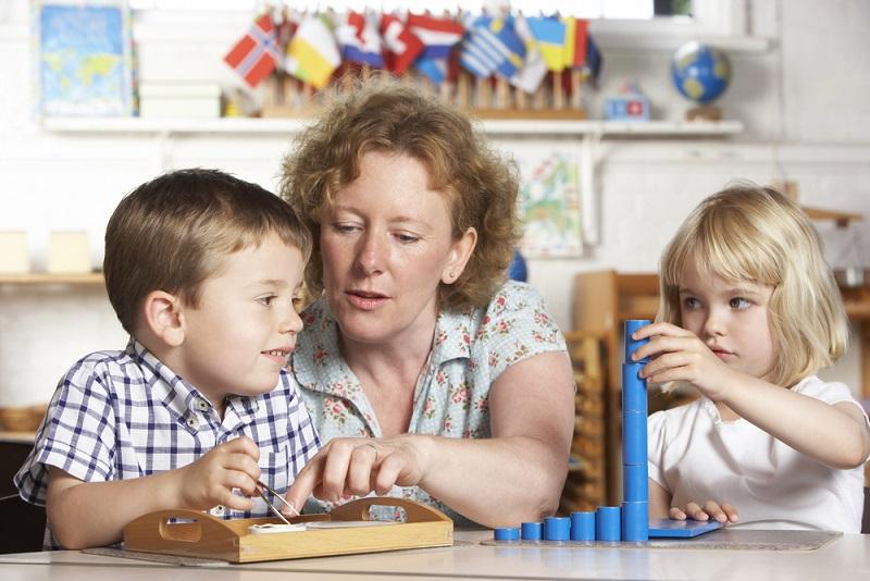 Wie bereits angedeutet, kommt dem Lehrer bzw. der Lehrerin eine anleitende Position zu. So obliegt es dem Lehrenden, die Kinder zu beobachten, ihr Verhalten einzuordnen und sie bestmöglich zu fördern. Der Lehrende hat gleichzeitig auch die Stellung eines Lernenden. (#02)
