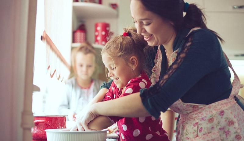 Gemeinsame Aktivitäten stärken die Mutter-Tochter-Beziehung.