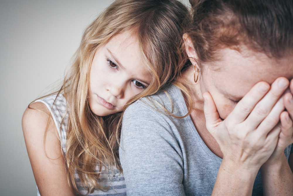 Wenn die Tochter immer mehr auf die Mutter achten muss, fühlt sich das Kind bald überfordert.