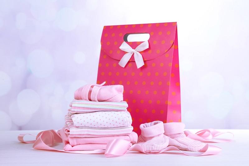 Um sich die Wartezeit auf den Enkel zu verkürzen, können vielen Großmütter bzw. werdende Omas gar nicht genug davon bekommen, nach den passenden Geschenken für Eltern und Kind Ausschau zu halten. (#02)