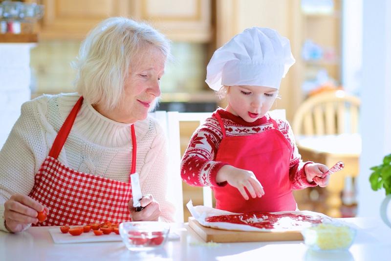 Es ist nicht von der Hand zu weisen, dass sich auch Großeltern vorbereiten können. Omi werden ist also leicht gemacht! Es gibt beispielsweise spezifische Kurse, die von Hebammen oder Kinderkrankenschwestern durchgeführt werden und sich nicht an Eltern, sondern an Großeltern richten. (#01)