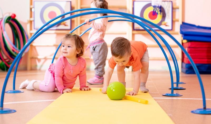 Mithilfe von PEKiP sollen Babys Sinne angeregt werden, es soll sich mehr bewegen und ein stärkeres Interesse an der Umwelt entwickeln  ( Foto: Shutterstock-Oksana Kuzmina )