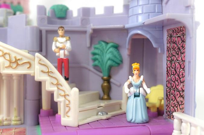 Wer kennt nicht Polly Pocket noch aus der Kindheit oder von den eigenen Kindern? Egal, ob ein Mädchen tobt und springt wie ein Junge – geht es um die Einrichtung des Zimmers, ist ein Mädchen eine kleine Prinzessin mit der Vorliebe für Rosa und Weiß. (#01)