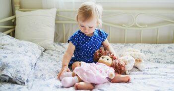 Die Puppe, der beste Freund des Kindes ( Foto: Shutterstock- _Ekaterina Pokrovsky)