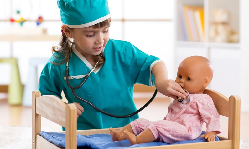 Kinder sprechen mit ihren Puppen und entwickeln damit ihre Sprachkompetenz weiter. ( Foto: Shutterstock-Oksana Kuzmina)