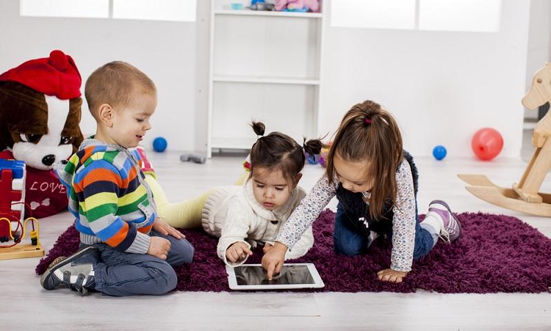 In jüngster Zeit werden immer mehr Spielzeuge mit Smartphones oder Tablets verbunden. ( Foto: Shutterstock- Goran Bogicevic )