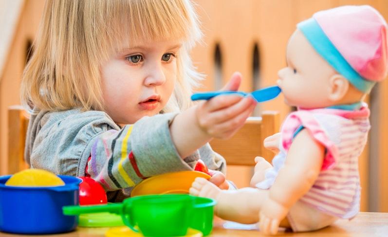 Die Puppe muss essen und trinken, soll pünktlich ins Bett gehen und braucht natürlich im Puppenwagen frische Luft. ( Foto: Shutterstock- Tatyana Vyc)