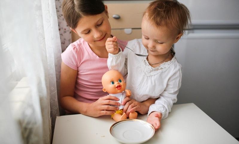 Auch für Jungen kann ein Püppchen der beste Freund des Kindes werden ( Foto: Shutterstock- Natalia Lebedinskaia )