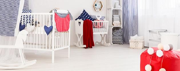 Auch wenn es Kinderbetten gibt, die sich durch angebrachte Rollen bewegen lassen, so empfiehlt es sich, das Kinderbett schon früh an einen festen Standort zu stellen, sodass sich das Kind auch daran gewöhnen kann. (#03)