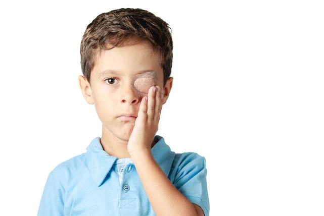 Während der Behandlung mit dem Augenpflaster ist es wichtig, dass das Kind seinen gewohnten Aktivitäten nachgeht. Lernen, spielen, lesen, basteln und toben sollen uneingeschränkt weiter ausgeübt werden, sodass das schielende Auge für den Alltag trainiert wird. (#04)