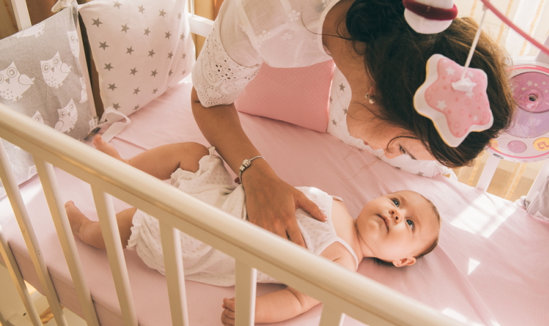 Der Schlafrhythmus des Babys braucht Unterstützung: Schlafverhalten kann antrainiert werden.