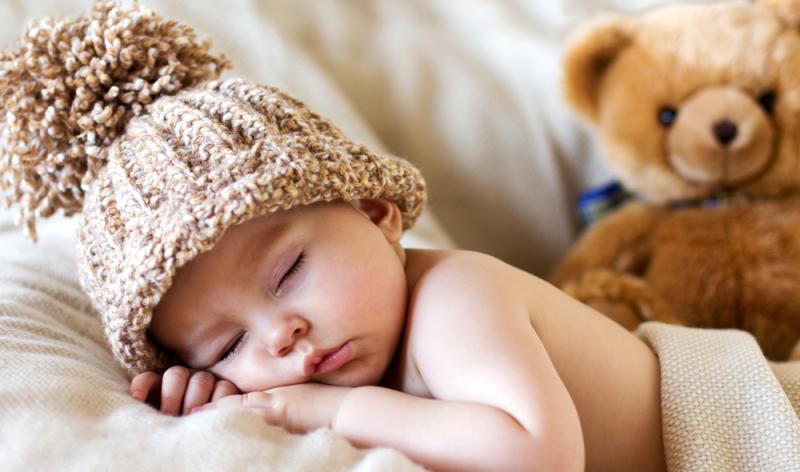 Mal schlafen sie lange, mal halten sie nur ein kleines Nickerchen und wenn Eltern glauben, sie hätten den Schlafrhythmus des Babys erkannt, schlafen die Kinder wieder zu anderen Uhrzeiten.