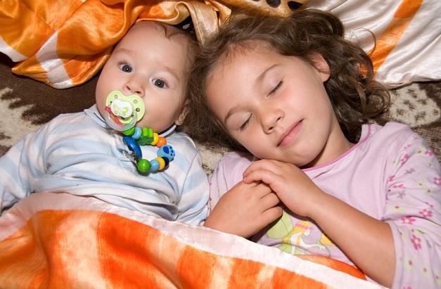 Das Saugen am Nuckel hat dann, nicht zuletzt aufgrund der Hormone, eine beruhigende Wirkung auf die Babys. (#01)