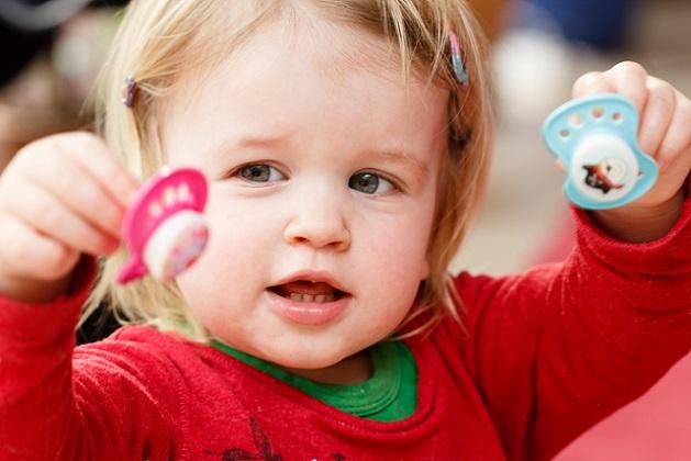 Wird Kindern der Schnuller weggenommen, entwickeln die lieben Kleinen eine wahre Obsession nach dem Nuckel.(#04)
