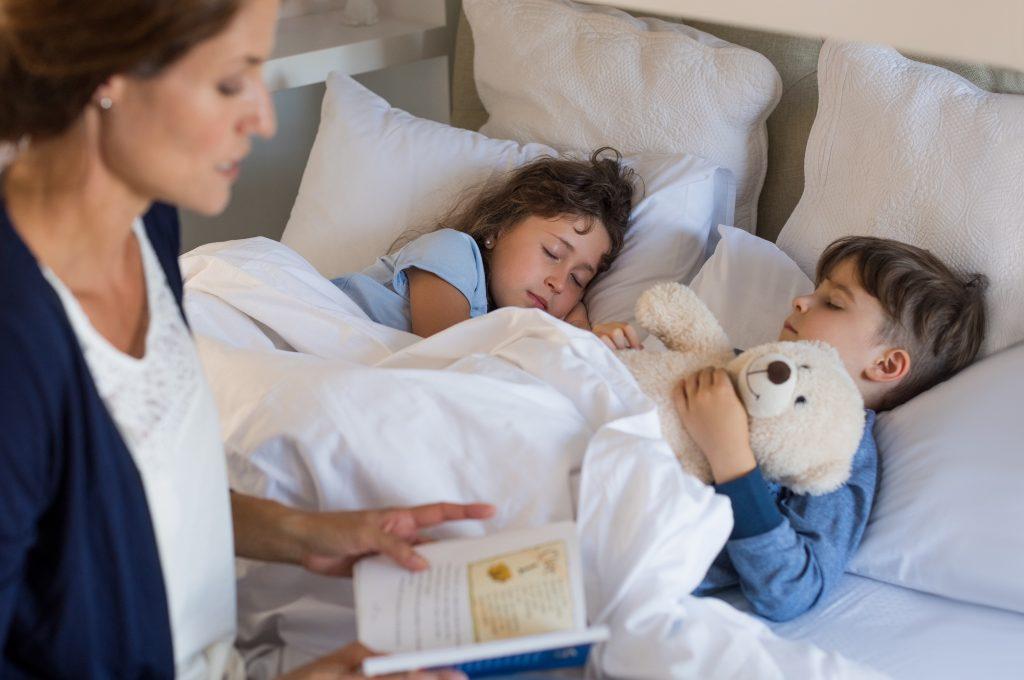 Mit ein bisschen Hilfe, gelingt das einschlafen sicher auch dann, wenn man die ganze Ferienzeit über andere Schlafenszeiten hatte