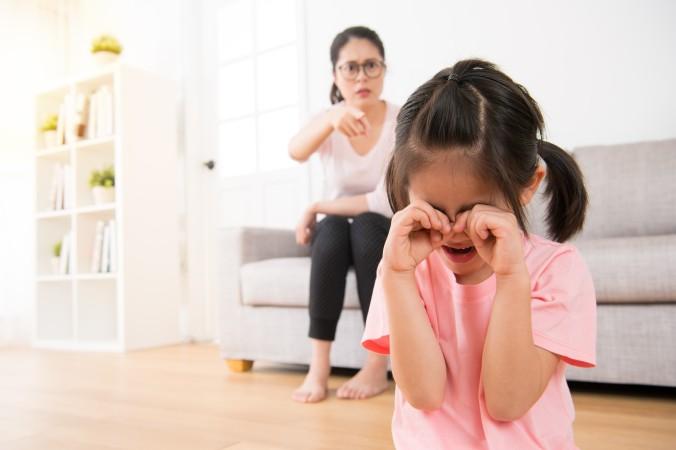 Ganz wichtig ist es, die Kinder zu keiner Zeit mit negativen Äußerungen abzuwerten. Schnell dahin gesagte Sätze die das Kind beschämen, es klein machen, ihm signalisieren nichts wert zu sein, all das sind Feinde für die Steigerung des Selbstwertgefühls des Kindes. (#4)