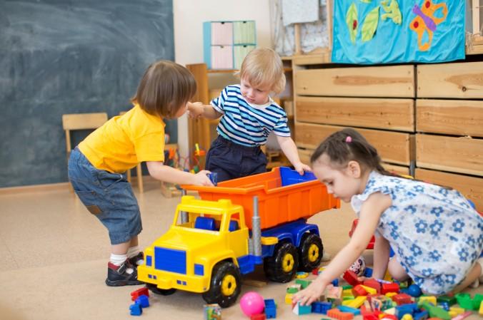 Schon vor dem Kindergartenalter, kann es nötig sein, das Selbstwertgefühl des eigenen Kindes zu steigern. Denn schon hier gibt es Situationen in denen das Kind seine Bedürfnisse einfordern muss. Sei es bei ganz elementaren Dingen wie Hunger oder Durst, oder auch im Umgang mit Spielzeug. (#1)
