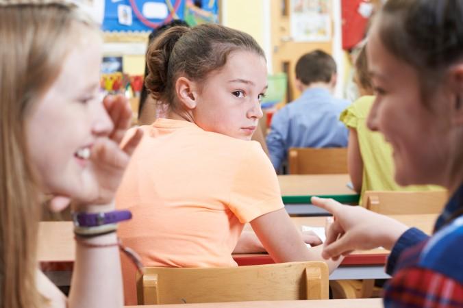Wenn das Kind bei jedem Flüstern der Freundinnen direkt vermutet, dass gerade über die eigene Person gelästert wird, ist es spätestens an der Zeit, das Selbstwertgefühl zu steigern. (#3)