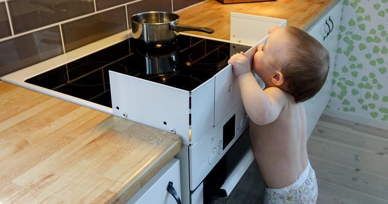 Viele alltägliche Dinge werden im Haushalt mit Kleinkindern oftmals als harmlos verkannt, sind tatsächlich aber sehr riskant. (#02)