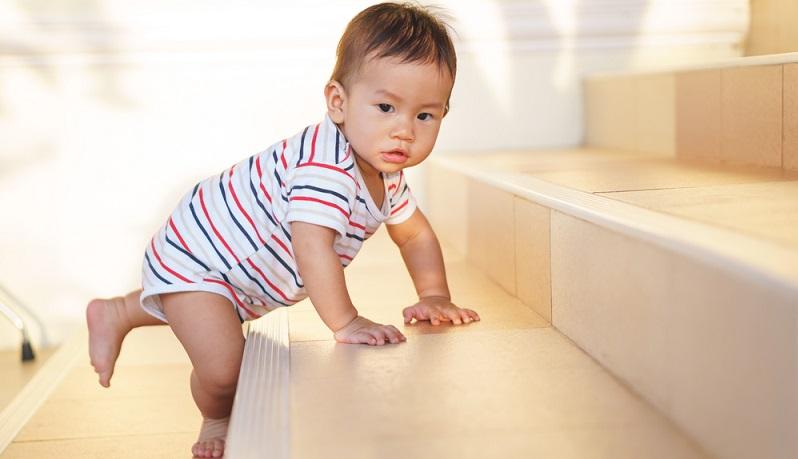 Wie schützt man das eigene Haus vor den Gefahren durch Treppen? Das Risiko, dass das Kleinkind auf den Treppen rutscht und sich verletzt, kann durch Streifen reduziert werden. (#01)