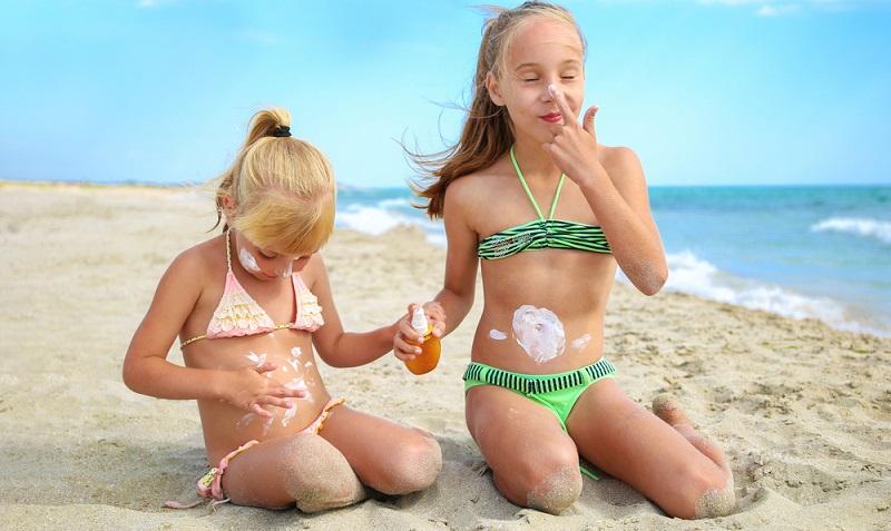 Sonnencremes mit physikalischem Filter bedecken die Haut mit einem weißen Film, Varianten mit chemischem Filter dringen in die Haut ein. ( Foto: Shutterstock-Victoria 1)