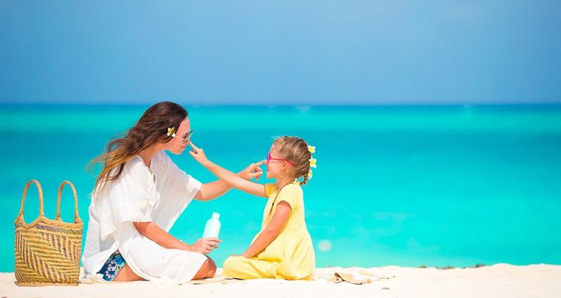 Kinder lieben es in der Sonne zu spielen aber Vorsicht Sonnenbrand kann die Folge sein. ( Foto: Shutterstock-ravnikovStudio )