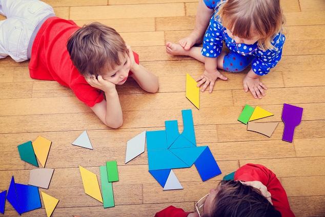 Fantasievolles Spielen, bei dem die Kleinen lernen, sich selbst längere Zeit zu beschäftigen und dabei in Geduld und Ausdauer geschult werden, ist einerseits mit Spielsachen aus Plastik und andererseits mit Spielsachen aus Holz möglich. (#04)