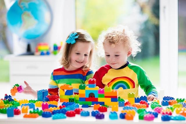 Beim Kauf von Spielsachen werden Eltern deshalb ganz besonders in die Pflicht genommen, um darauf zu achten, dass den lieben Kleinen durch das Spielzeug keine Gefahr droht.(#01)