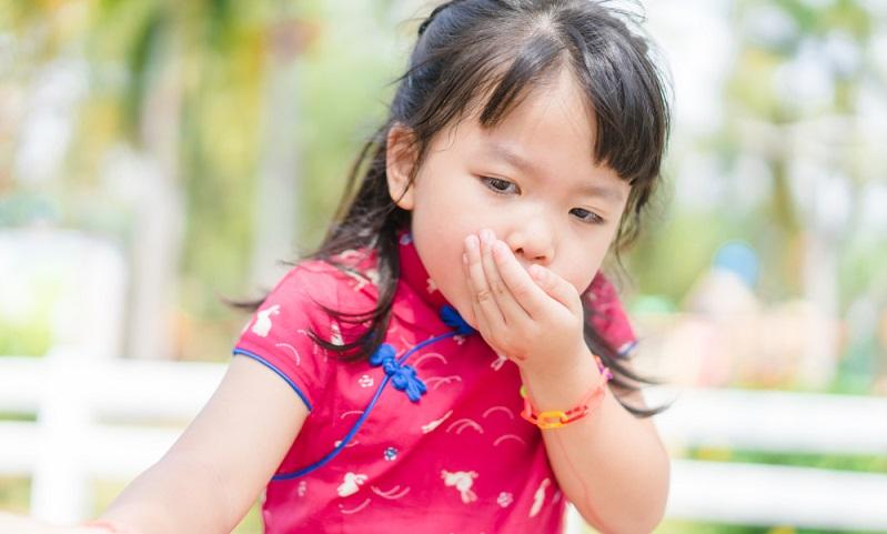 In den meisten Fällen sind die Gründe des Erbrechens harmlos, sodass man dem Kind mit einfachen Maßnahmen helfen kann.