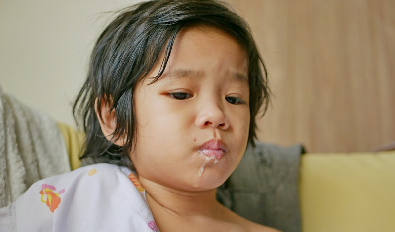 Der Kinderarzt wird eine Elektrolytlösung verschreiben, die alle nötigen Stoffe in perfekter Kombination enthält. Als Aufbaukost sind stärkehaltige Lebensmittel wie Kartoffeln, Hafer, Grieß oder Nudeln geeignet.