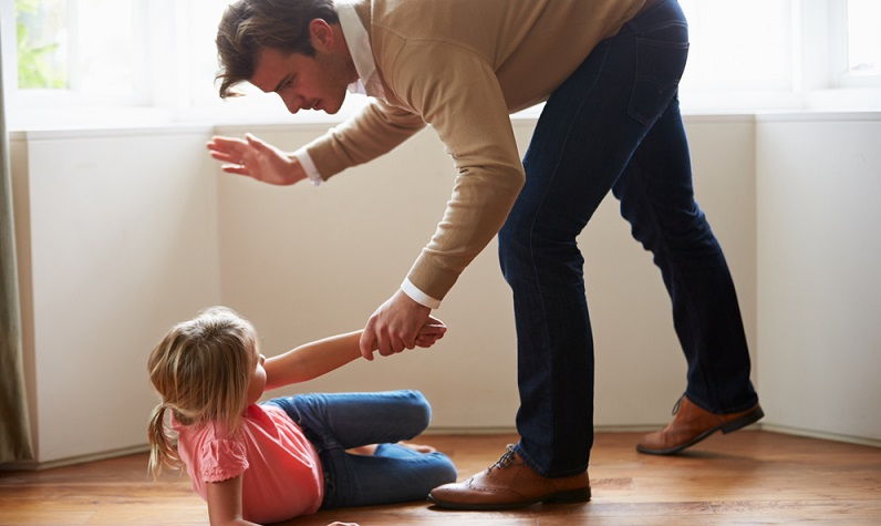 """Klar scheint, dass in der Gesellschaft das Verständnis für allzu strenge Eltern meist nicht vorhanden ist. Die Rede ist von Eltern, die den Erziehungsstil aus """"Omas Zeiten"""" bemühen und nicht vor körperlicher Züchtigung zurückschrecken, wie etwa der – ihrer Ansicht nach – """"guten alten Ohrfeige"""". (#01)"""