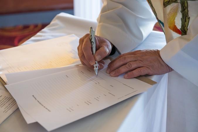 Für die Taufe benötigt man verschiedene Unterlagen. Am besten im zuständigen Pfarramt erfragen was benötigt wird, alles besorgen und erst im Anschluss zur Taufe anmelden. Und ganz Wichtig: nicht die Tauf-Einladungskarten für die Gäste vergessen abzugeben! (#2)