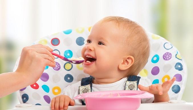 Viele Mütter sind sich unschlüssig darüber, wann der beste Zeitpunkt für die Umstellung von Muttermilch auf Beikost ist. (#01)