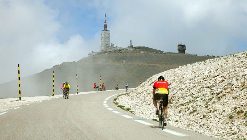 """Der Mont Ventoux genießt einen legendären Ruf: Der """"Riese der Provence"""" wurde von berühmten Poeten in Gedichten verewigt, gilt bei Radsportlern als berühmt-berüchtigt – er ist eines der Etappenziele bei der jährlichen Tour de France (#01)"""
