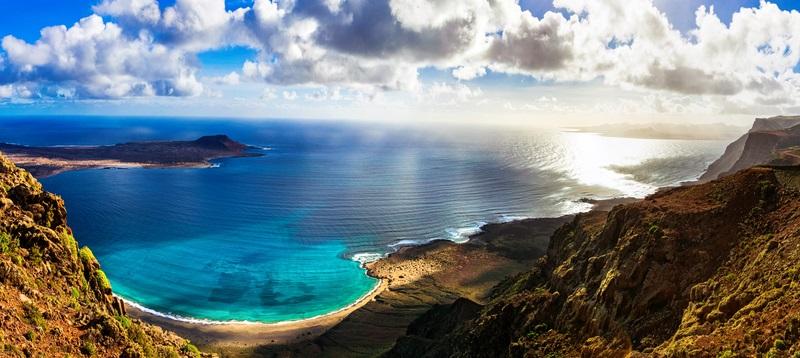 Die Insel Lanzarote ist prädestiniert für einen Urlaub am Strand, wenn ein Kleinkind mitreisen soll.  ( Foto: Shutterstock-leoks)